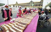 Thousands of Mexicans polish off King Cake