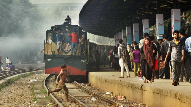 4 killed falling off train roof in Naogaon