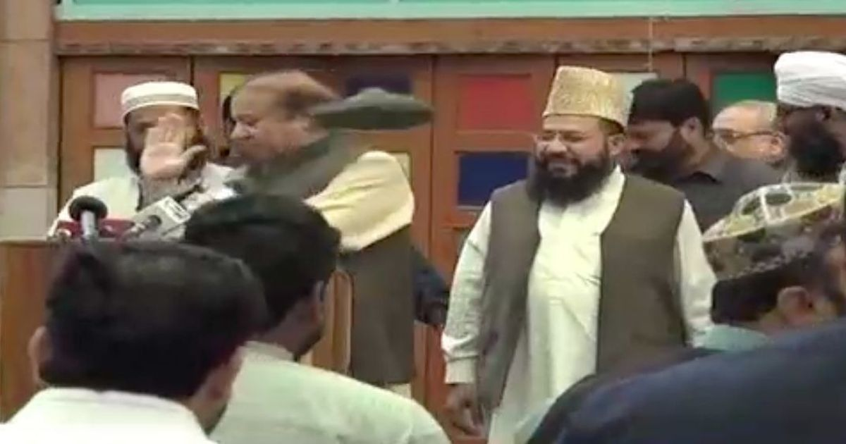 Shoe thrown at Nawaz Sharif at Jamia Naeemia Lahore