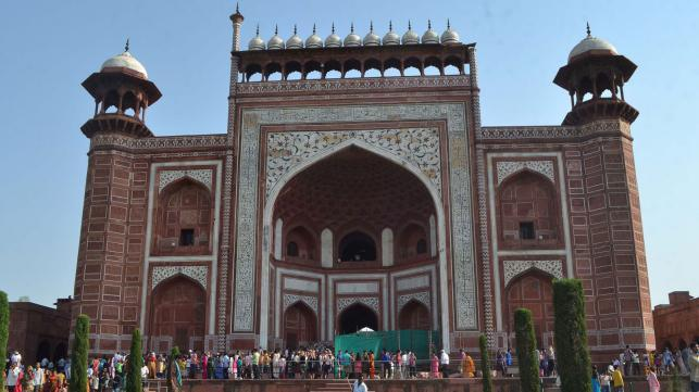 Taj Mahal's stone pillars collapse