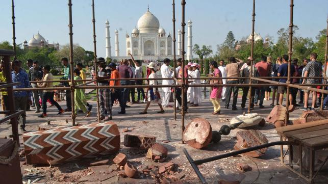 Taj Mahal's stone pillars collapse