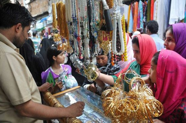 Shopping malls, markets witness a huge rush of Eid shoppers
