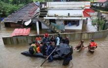 India monsoon floods 'kill 164' in Kerala
