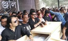 People's paying last tributes to Ayub Bachchu at Shaheed Minar