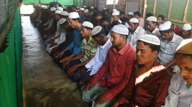 Rohingyas pray for thanks after repatriation halted