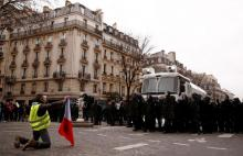 More protesters join Paris yellow vests seeking policy reform