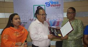 Professor Mojib Uddin Ahmed of the Department of Tourism and Hospitality, DU, and also Chairman of the Board of Directors of Investment Corporation of Bangladesh (ICB) hands over \'bbarta award\' to JMI Group MD Abdur Razzaq at the office of bbarta24.net at Karwan Bazar in the capital. Bani Yasmin Hasi, editor of bbarta24.net, was also present.