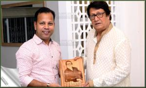 Ovi Moinuddin, a senior reporter of the bbarta24.net, on behalf of its editor Bani Yasmin Hasi, hands over the \'bbarta award\' to veteran Indian Bengali film actor Ranjit Mallick in recognition of his outstanding contributions to Bengali cinema at the latter's residence in Tollygunge, Kolkata recently.